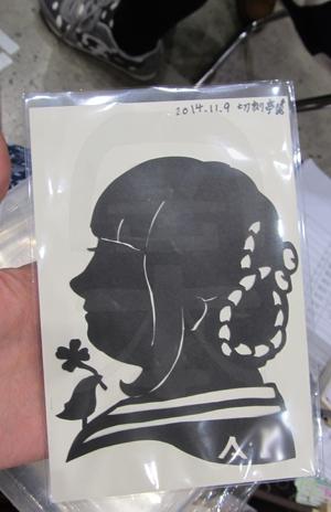 即興紙切り・横顔の似顔